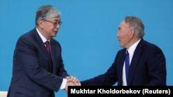 Президент Казахстана Касым-Жомарт Токаев (слева) и его предшественник Нурсултан Назарбаев. Нур-Султан, 23 апреля 2019 года.