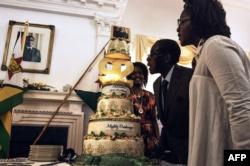Роберт Мугабе и его жена Грейс (справа) отмечают 92-летие диктатора. Хараре, 22 февраля 2016 года.