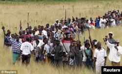 """Толпа сторонников Роберта Мугабе идет на захват """"белой фермы"""". 2005 год."""