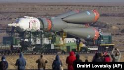 Транспортировка ракеты «Союз-ФГ» на стартовую площадку на Байконуре. Кызылординская область, 23 сентября 2019 года.