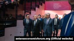 Бывший президент Казахстана Нурсултан Назарбаев и его ставленник Касым-Жомарт Токаев на экономическом форуме в столице, которую по предложению Токаева переименовали из Астаны в Нур-Султан. 16 мая 2019 года.