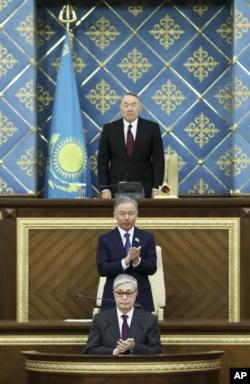 Нурсултан Назарбаев в день сложения президентских полномочий, спикер мажилиса (нижней палаты) Нурлан Нигматулин и вступающий в должность президента спикер сената Касым-Жомарт Токаев. Астана, 20 марта 2019 года.