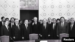 Серикболсын Абдильдин (первый слева в первом ряду) и Нурсултан Назарбаев (третий слева в первом ряду) на встрече, посвященной образованию СНГ. Алматы, 21 декабря 1991 года.
