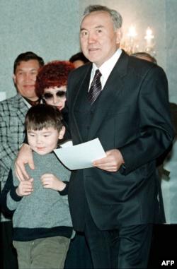 Нурсултан Назарбаев с внуком Айсултаном на избирательном участке. Астана, 10 января 1999 года.