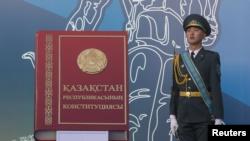 Военнослужащий рядом с макетом книги с надписью «Конституция Республики Казахстан». Алматы, 30 августа 2014 года.
