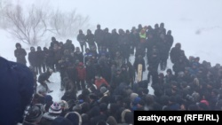 На похоронах Дулата Агадила в поселке Талапкер. Акмолинская область, 27 февраля 2020 года.