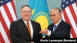Госсекретарь США Май Помпео (слева) и президент Казахстана Касым-Жомарт Токаев. Нур-Султан, 2 февраля 2020 года.