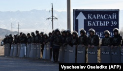 Сотрудники полиции стоят на въезде в село Масанчи. 8 февраля 2020 года.