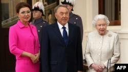 Нурсултан Назарбаев в бытность президентом Казахстана (в центре), его дочь Дарига Назарбаева, вице-премьер правительства Казахстана, во время визита в Лондон и встречи с королевой Британии Елизаветой II. 4 ноября 2015 года.