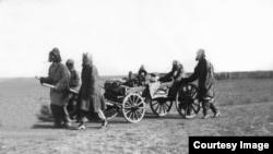 Казахи, спасающиеся от Голода. Предположительно 1932 год.
