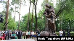 Памятник жертвам Голода в Казахской степи начала 1930-х годов. Алматы, 31 мая 2017 года.