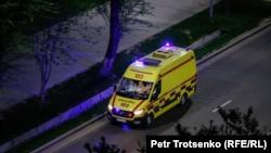 Автомобиль скорой помощи едет по улице Алматы. Иллюстративное фото.