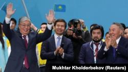 Бывший президент Казахстана Нурсултан Назарбаев (справа) и его ставленник Касым-Жомарт Токаев, выдвинутый кандидатом в президенты на съезде партии «Нур Отан», которую возглавляет его предшественник. Нур-Султан, 23 апреля 2019 года.