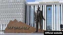 Подарки «коррумпированному тирану» в стране с культом личности